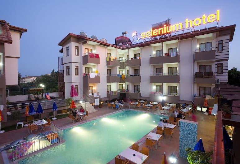 Selenium Hotel, Side