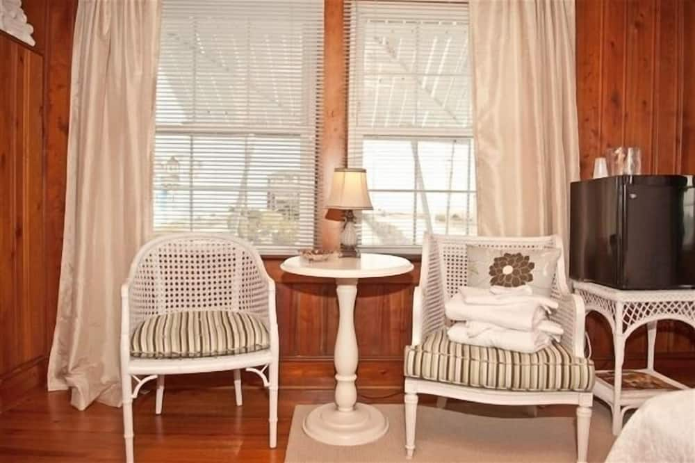 Room, 1 Queen Bed (The Pamlico) - Living Area