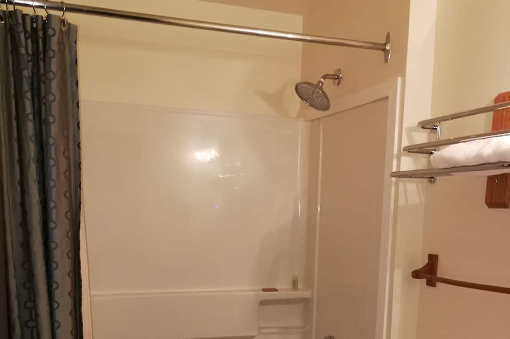 Chambre, 1 grand lit, accessible aux personnes à mobilité réduite - Salle de bain