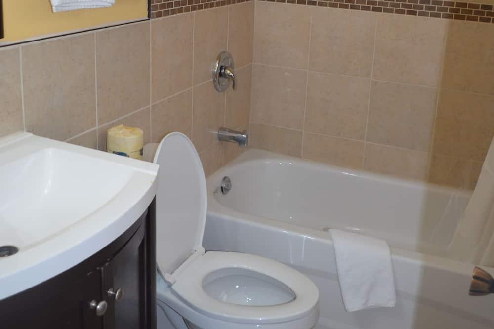 Izba, 1 veľké dvojlôžko s rozkladacou sedačkou, fajčiarska izba - Kúpeľňa