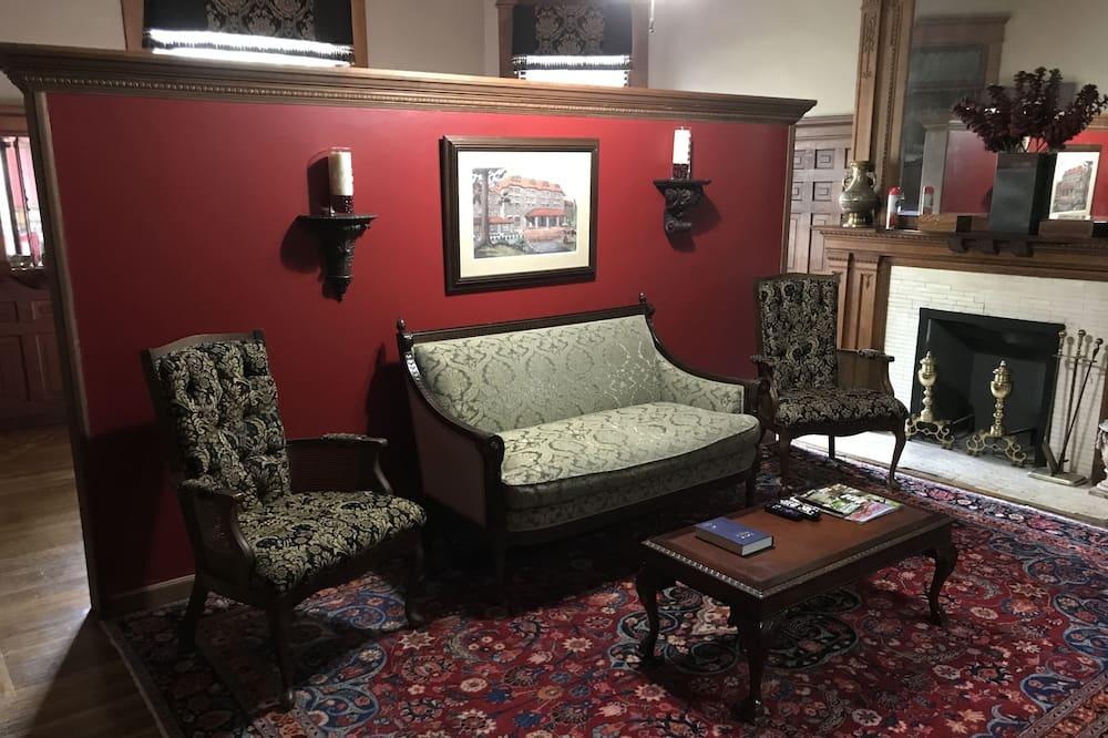 Grand lakosztály, 1 king (extra méretű) franciaágy, privát fürdőszoba, földszinti - Nappali rész