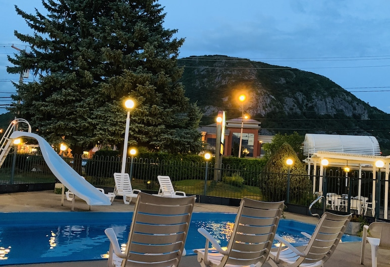Auberge Montagnard, Mont-St-Hilaire, Bar pri bazéne