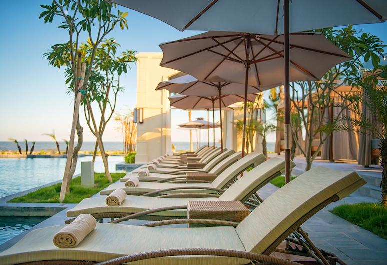 FLC Luxury Resort Samson, Sam Son, Varanda com Espreguiçadeiras