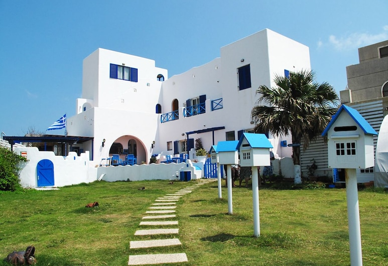 Greek frontier villa, Magong, Property Grounds