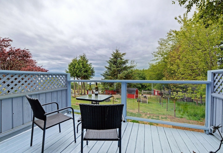 Gordon's Beach Farm Stay, Sooke, Cottage, 1 Queen Bed with Sofa bed, Terrace/Patio