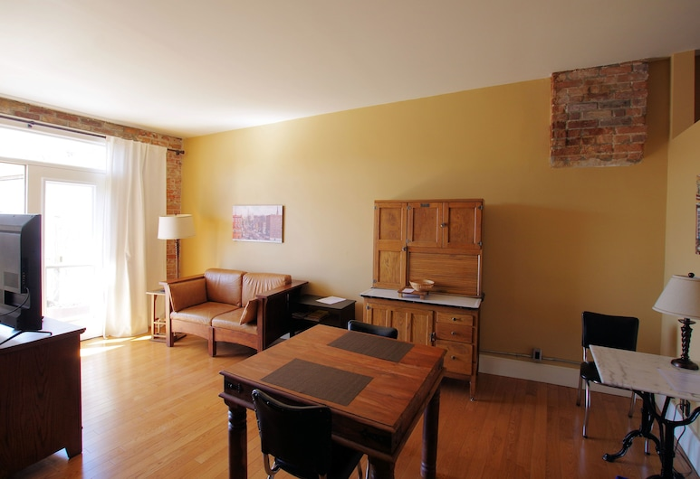 In Season Guest Suite, Trent Hills, Apartment, 1 Bedroom, River View, Living Area