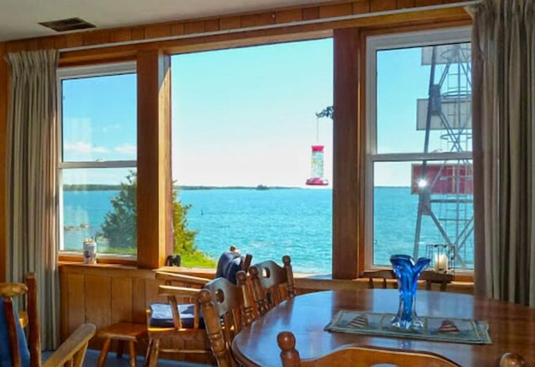 Bruce Bay Cottages & Lighthouse, Bruce Mines, Signature Condo, 3 Bedrooms, Kitchen, Bay View (McKay Island Lighthouse), Living Area