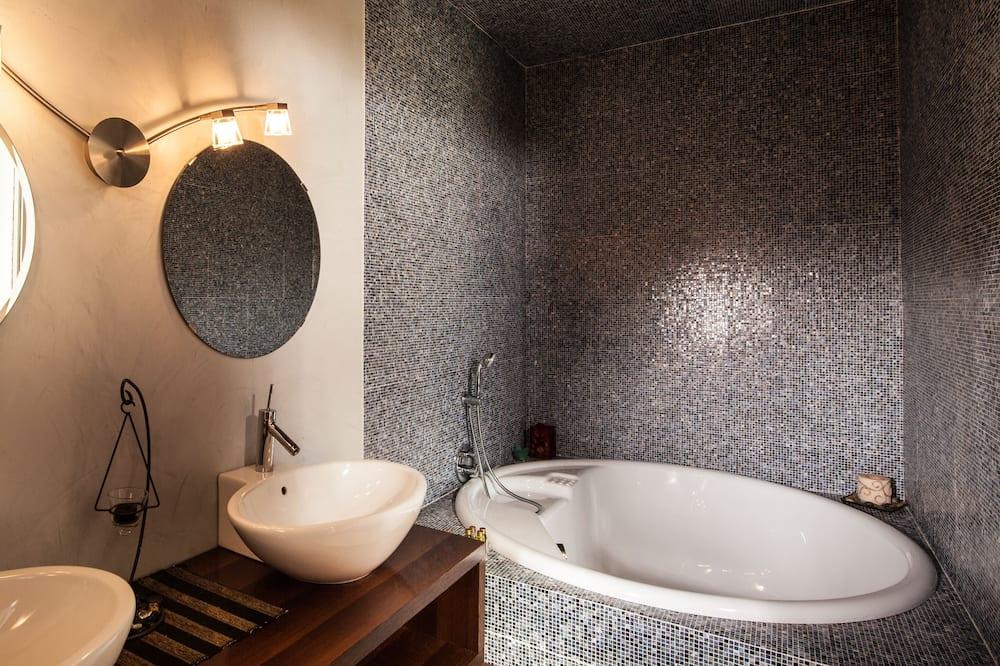 Phòng phong cách lãng mạn, 1 giường cỡ king, Khu vực vườn - Phòng tắm