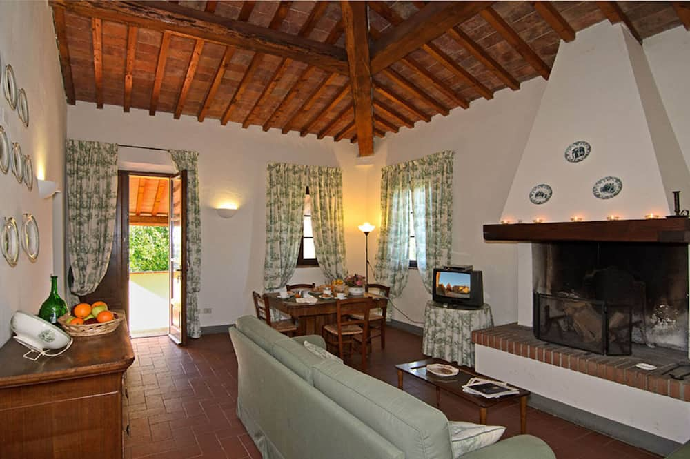 Traditional Apartment, 2 Bedrooms, Terrace (Giulebbe) - Living Room