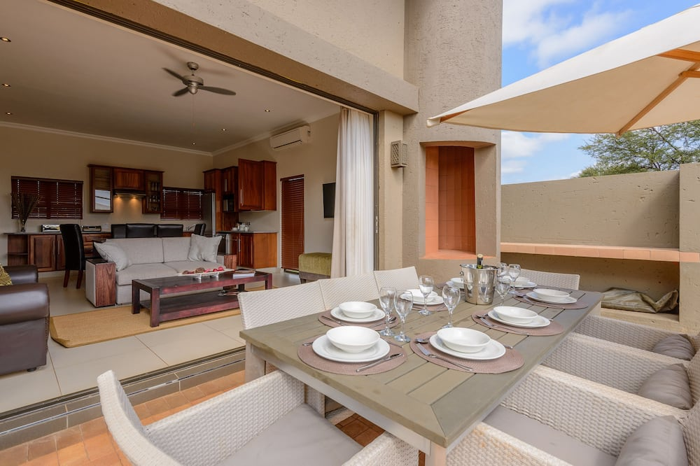 Three Bedroom Chalet with Patio - In-Room Dining