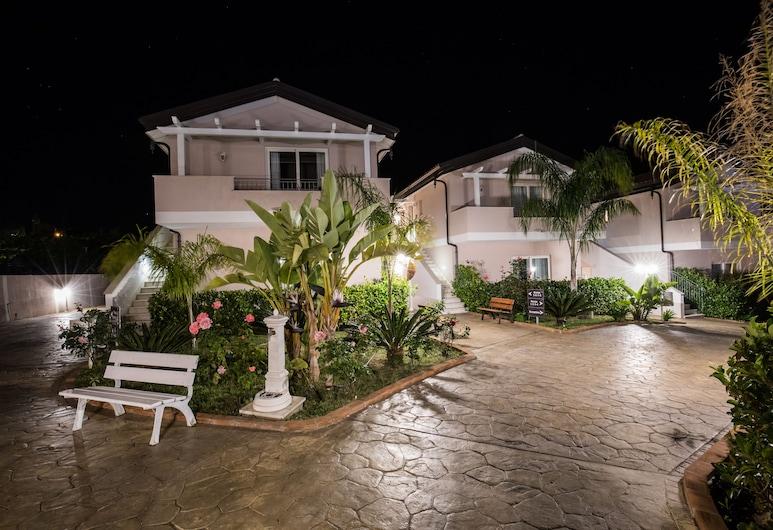 Residenza Borgo Italico, Ricadi, Fachada del hotel de noche