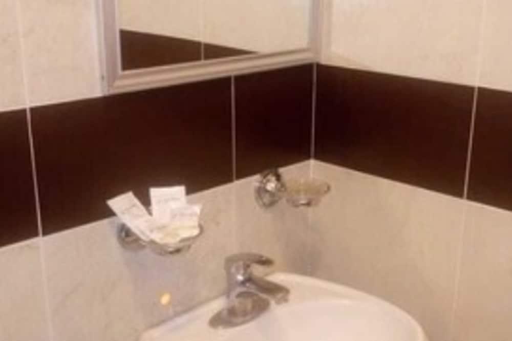 חדר סטנדרט זוגי, 2 מיטות זוגיות - חדר רחצה