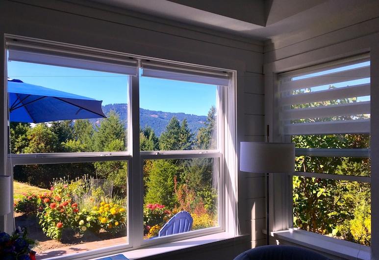 Belle Maison Auprès De La Mer, Sidney, Premium Cottage, 1 Bedroom, Kitchen, Mountain View ,Ground Floor, Guest Room View
