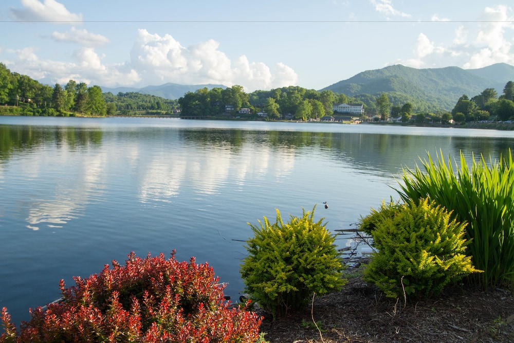 lake junaluska hindu singles Nestled in the great smoky mountains of western north carolina, lake junaluska conference and retreat center is your place in the mountains.