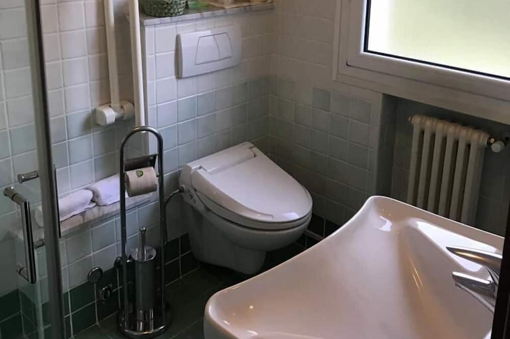 Dvivietis kambarys (2 viengulės lovos) - Vonios kambarys