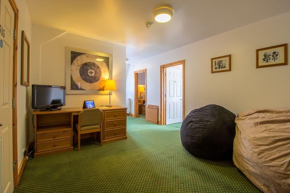 Family Suite (Molineux Suite) - Living Room