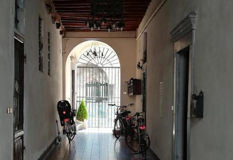 Corte dei Nobili, Lucca, Entrada Interior