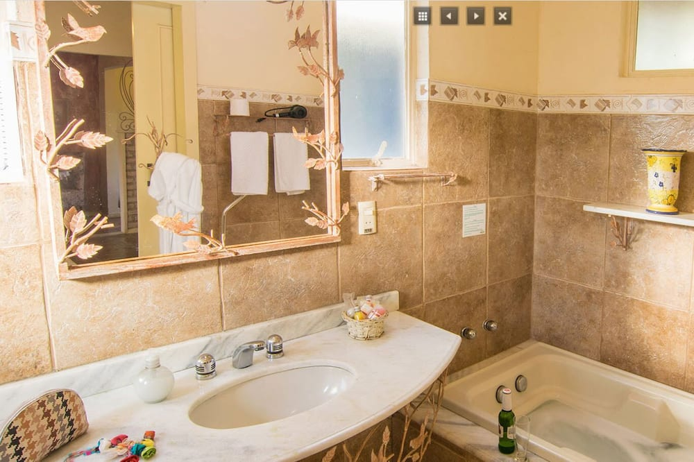 Deluxe Double or Twin Room, Hot Tub - Bathroom