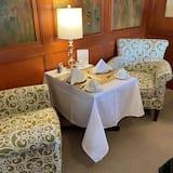 Prémium szoba, 1 queen (nagyméretű) franciaágy, kilátással a kikötőre - Étkezés a szobában
