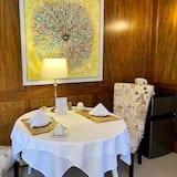 Executive szoba, 1 king (extra méretű) franciaágy, kilátással a kertre - Étkezés a szobában