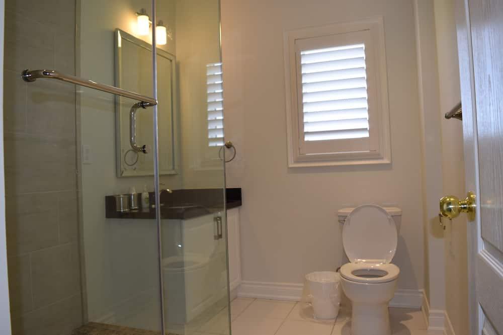 غرفة مريحة - سرير كبير - بحمام خاص - حمّام