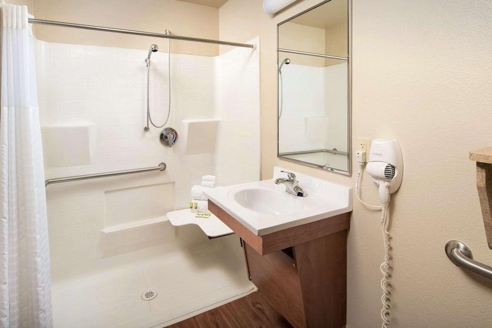 Pokoj, dvojlůžko (180 cm), bezbariérový přístup, nekuřácký (Roll-In Shower) - Koupelna
