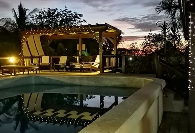 Guava Grove Villas and Resort, Roatan, Otelin Önü - Akşam/Gece
