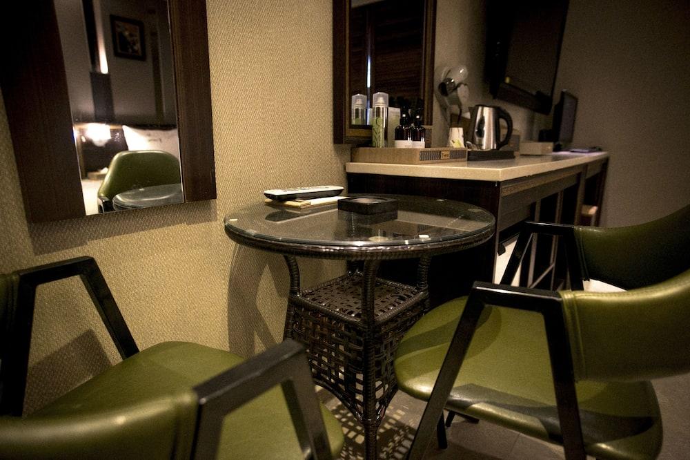 חדר דה-לוקס טווין - אזור אוכל בחדר