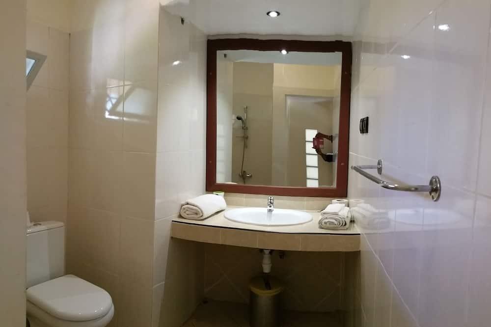Phòng đôi Deluxe, 1 giường cỡ king, Tủ lạnh, Quang cảnh vườn - Phòng tắm