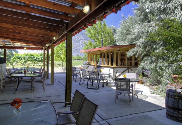 Crowsnest Vineyards Guesthouse, Keremeos, Tempat Makan Luar Ruangan