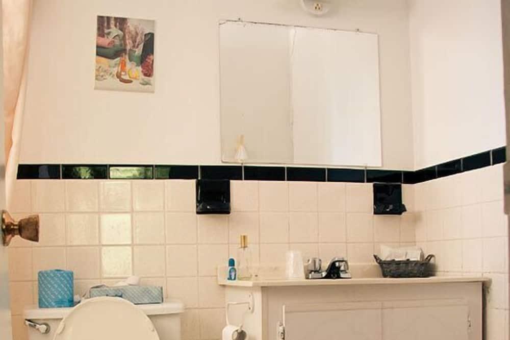 Standard Room, 1 Queen Bed, Kitchenette - Bathroom