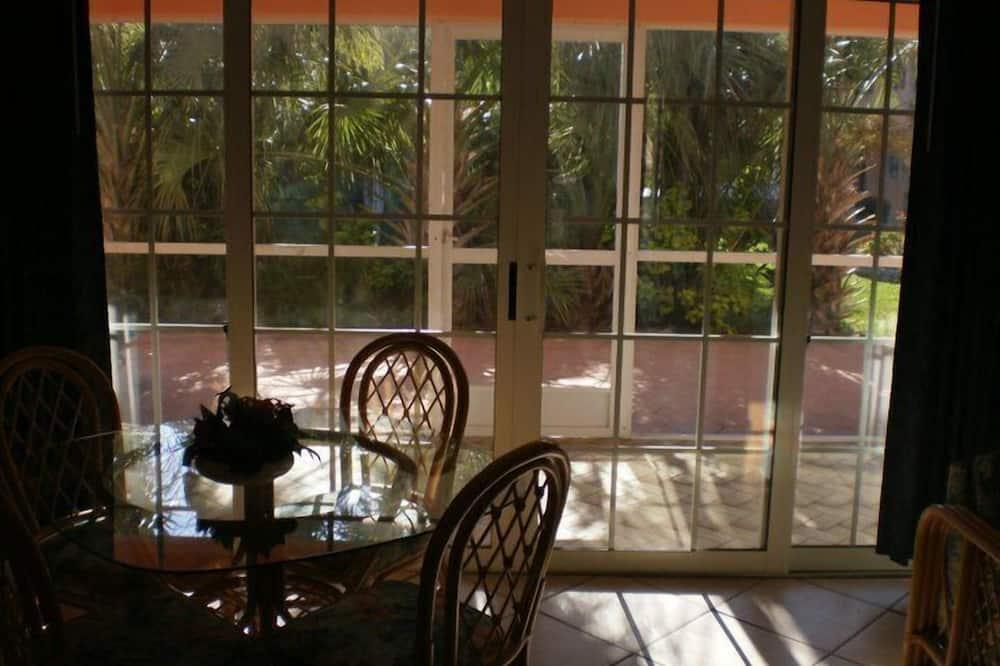 Традиционные апартаменты, 1 спальня, кухня, вид на бассейн - Обед в номере
