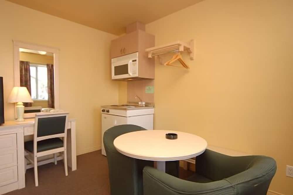 ห้องสแตนดาร์ด, เตียงควีนไซส์ 1 เตียง, ห้องครัวขนาดเล็ก (Motel) - พื้นที่นั่งเล่น