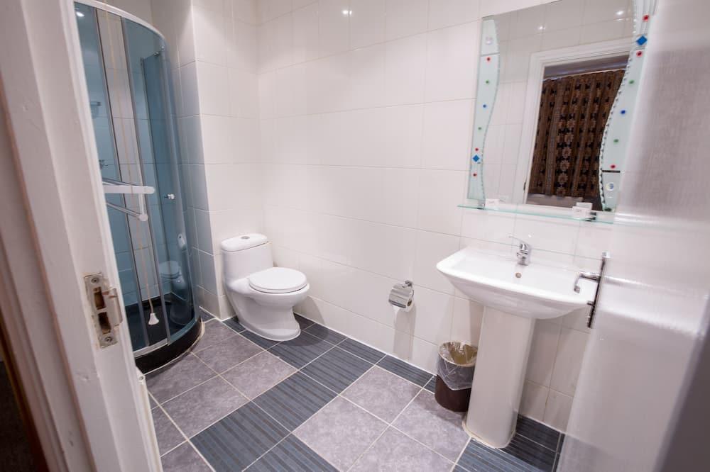 Kolmen hengen huone - Kylpyhuone