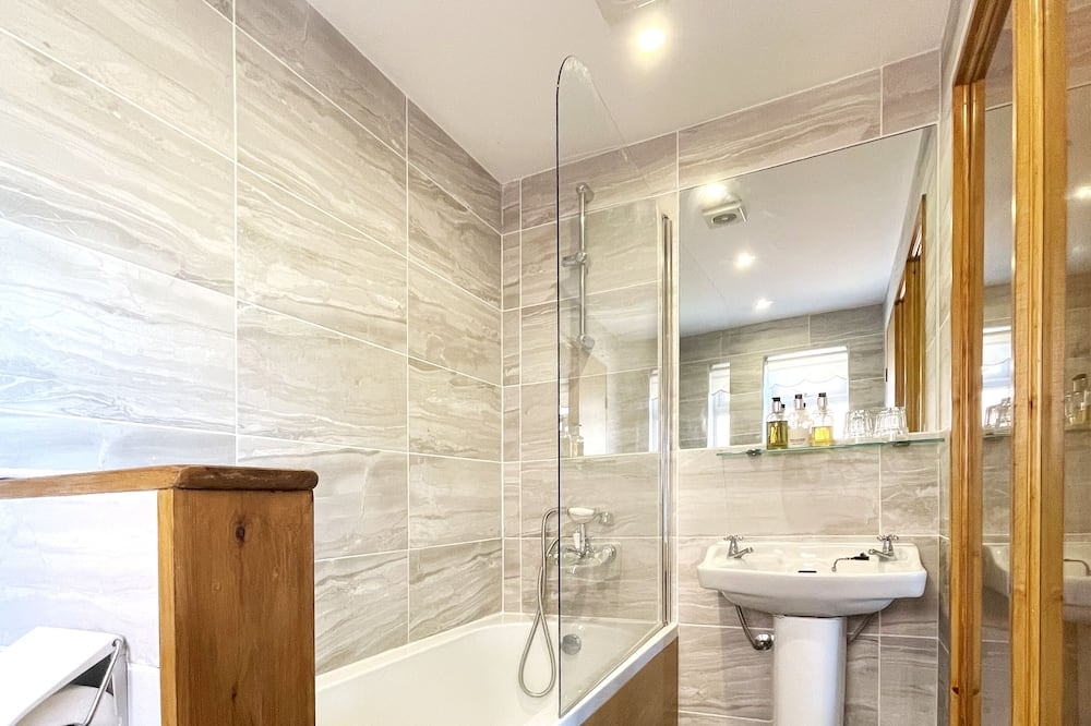 The Rosado Room - Bathroom