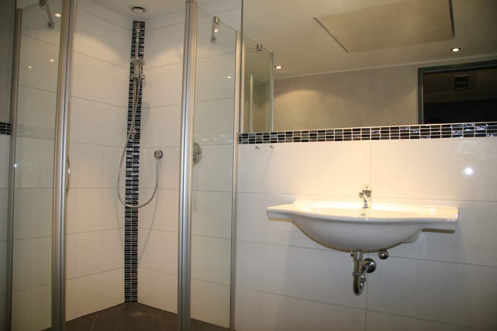 Habitación triple (with shower) - Baño