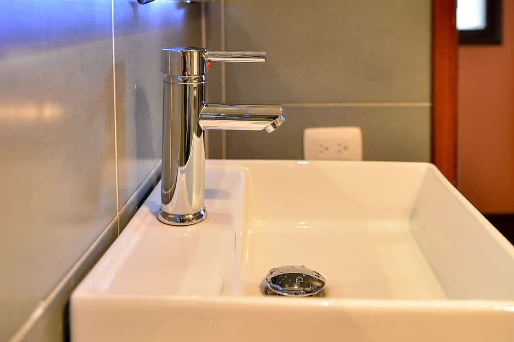 Dormitorio compartido (3 Pax) - Lavabo en el baño