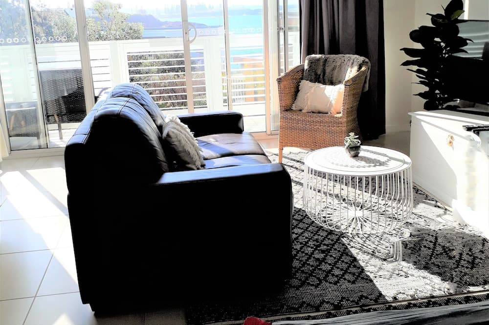 Superior Studio Suite, 1 Queen Bed, Balcony, Sea View - Living Area