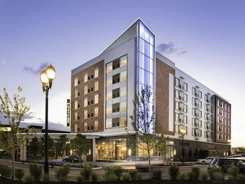 Choose This Mid-Range Hotel in Westlake