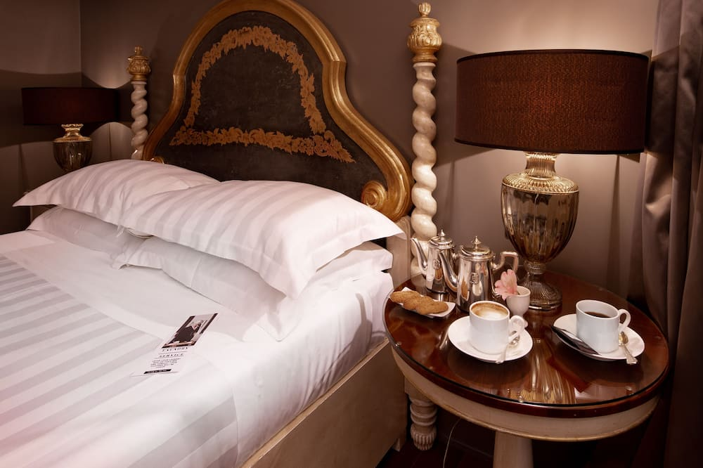 Deluxe Room, 1 King Bed, Non Smoking (Twin bed on request) - In-Room Dining