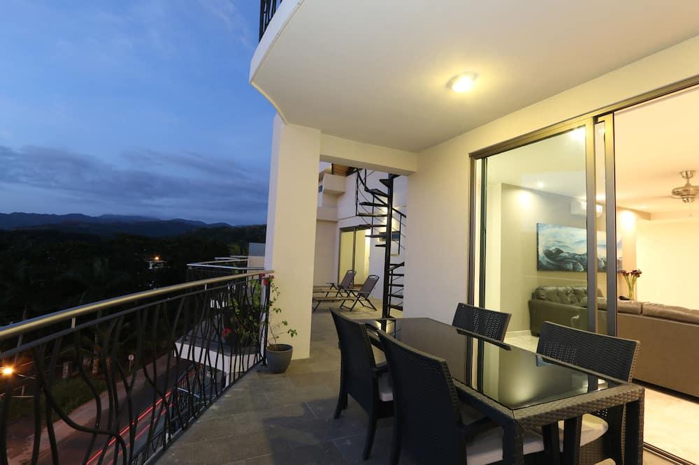 Pacific Ocean Penthouse, 3 Bedrooms, 3 Bathrooms, Kitchen & 2 plunge pools - Balcony