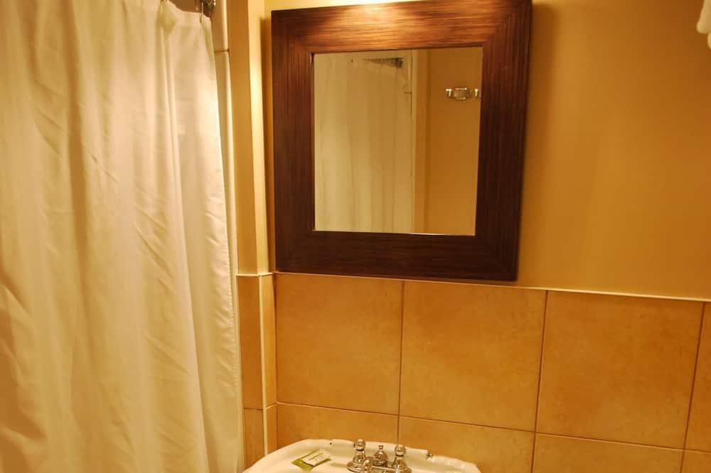 غرفة - سريران مزدوجان - حمّام