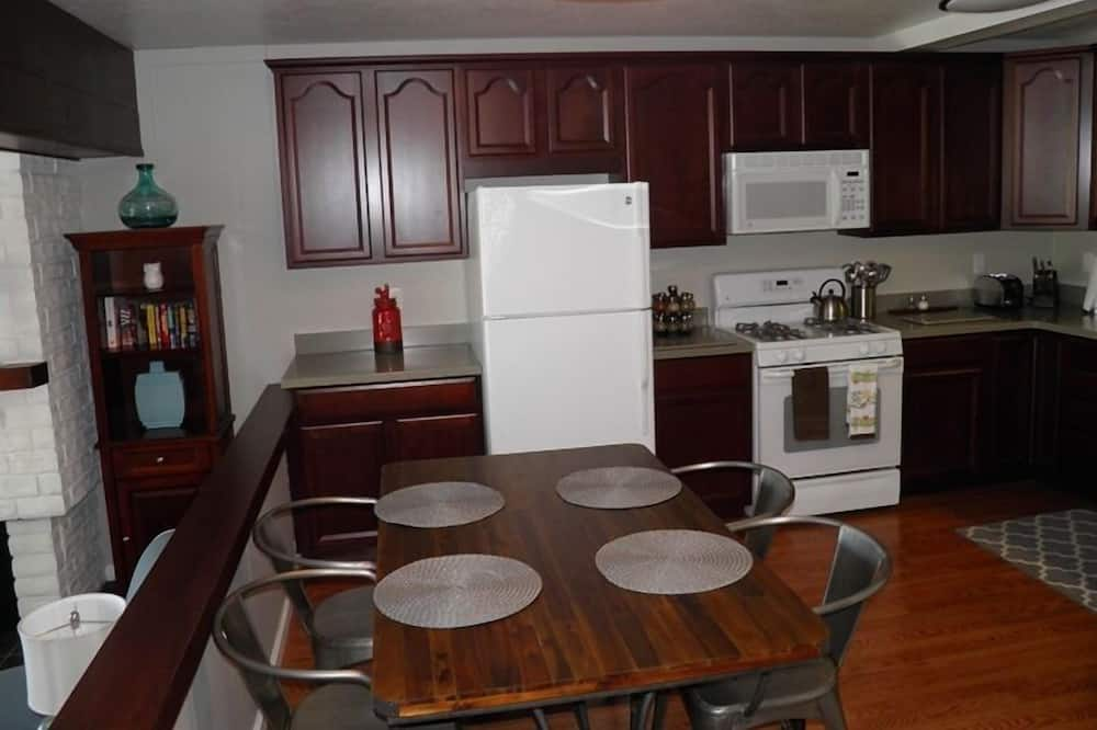 Condo, 3 Bedrooms, Lake View - In-Room Dining