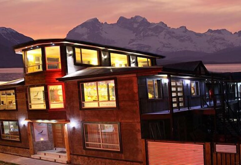 Apart Hotel Viento Patagonico, Natales, Front of property - evening