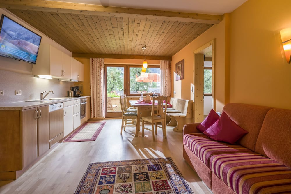 Apartment, 2 Bedrooms, Balcony, Mountain View (excl. end cleaning fee €75) - Living Room