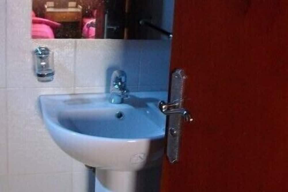 舒適三人房, 吸煙房, 河景 - 浴室洗手台