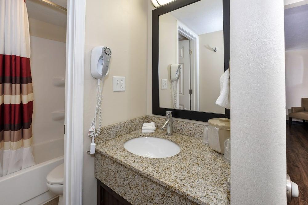 Deluxe Room, 2 Queen Beds (Smoke Free) - Bathroom