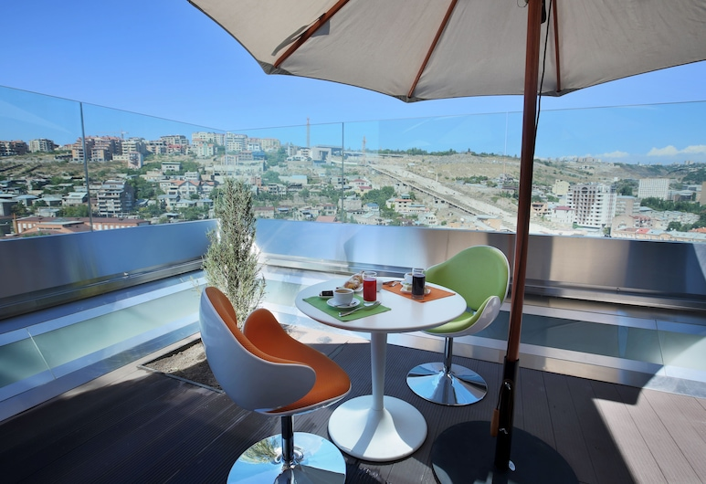 Opera Suite Hotel, Erevan, Restoran na otvorenom