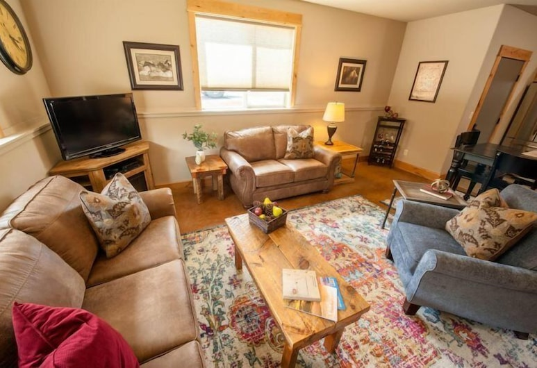 Arrowhead Lodge, West Yellowstone, Deluxe-Apartment, 2Schlafzimmer, Bergblick, Wohnzimmer