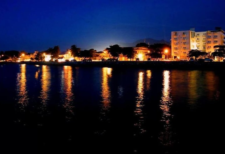 Art- Deco Beach Hotel, La Ceiba, Hotelfassade am Abend/bei Nacht